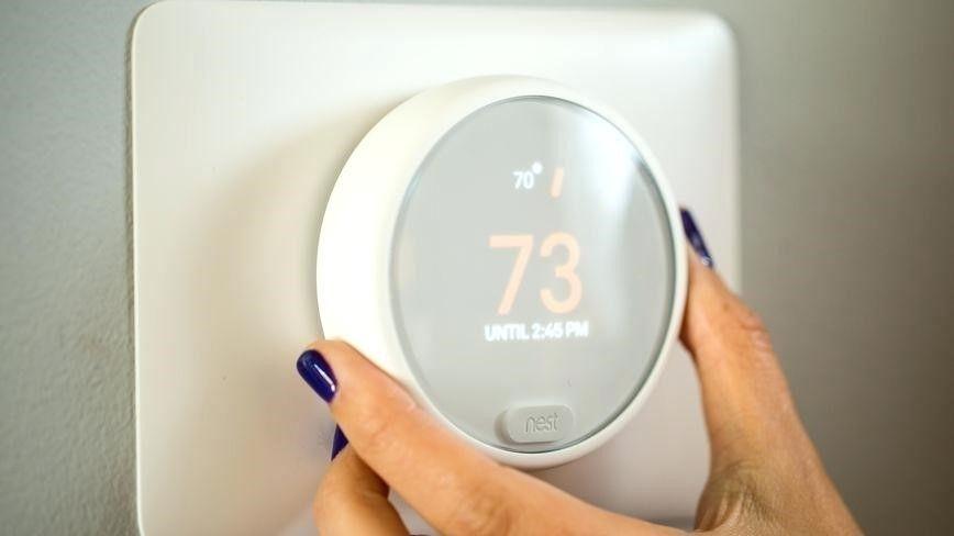 ¿Has visto lo cómodo que resulta su manejo? Fuente: Bizstreaming (http://bizstreaming.co/google-home-nest-thermostat/)