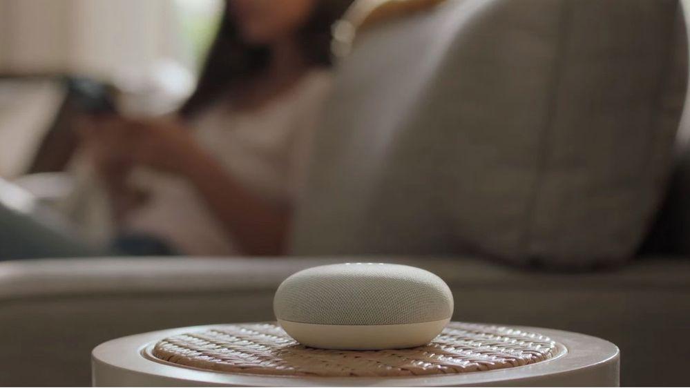 Podrás calibrar la sensibilidad de tu altavoz en función del ruido que haya en la habitación. Fuente: Gizlogic.com (https://www.gizlogic.com/google-nest-mini-presentacion/)