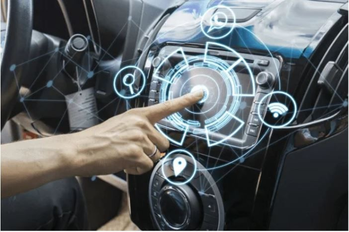 ¿Cuentas ya con un asistente inteligente en tu vehículo? Fuente: Edubox.org (http://www.edubox.org/cerence-lanza-una-aplicacion-para-personalizar-la-voz-de-los-asistentes-virtuales-en-los-coches/)