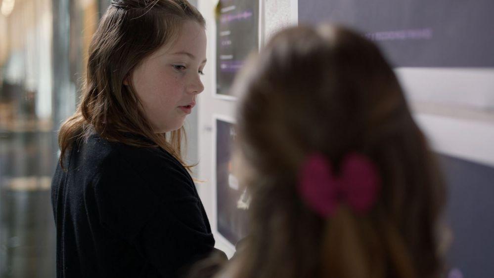 Las niñas de la familia Olivers han participado en el diseño de My StoryTime. Fuente: El blog de Google (https://www.blog.google/products/google-nest/my-storytime/)