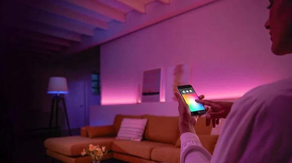 Controlar las luces de casa nunca había sido tan sencillo. Fuente: Cultura Geek (http://culturageek.com.ar/philips-hue-como-son-las-luces-inteligentes-que-estan-a-la-venta-en-argentina/culturageek-com-ar-philips-hue-1/)