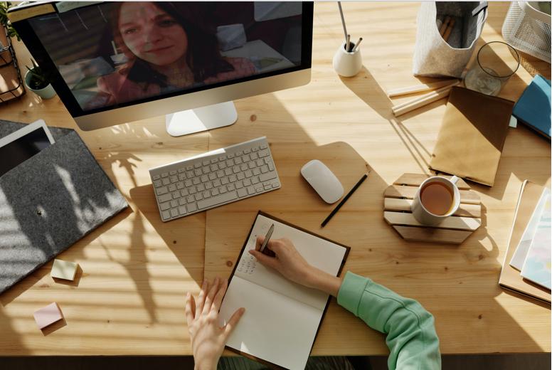 Trabajar desde casa nunca había sido tan fácil. Fuente: Pexels (https://www.pexels.com/es-es/foto/persona-manos-mujer-escritorio-4145190/)