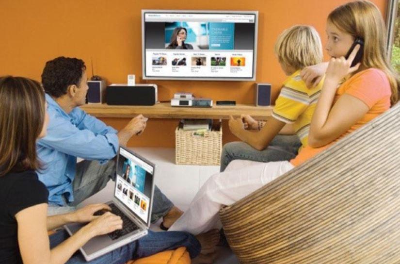 Vivimos en una sociedad permanentemente conectada a internet. Fuente: Cinco Días. (https://cincodias.elpais.com/cincodias/2014/07/10/lifestyle/1405010730_765593.html)