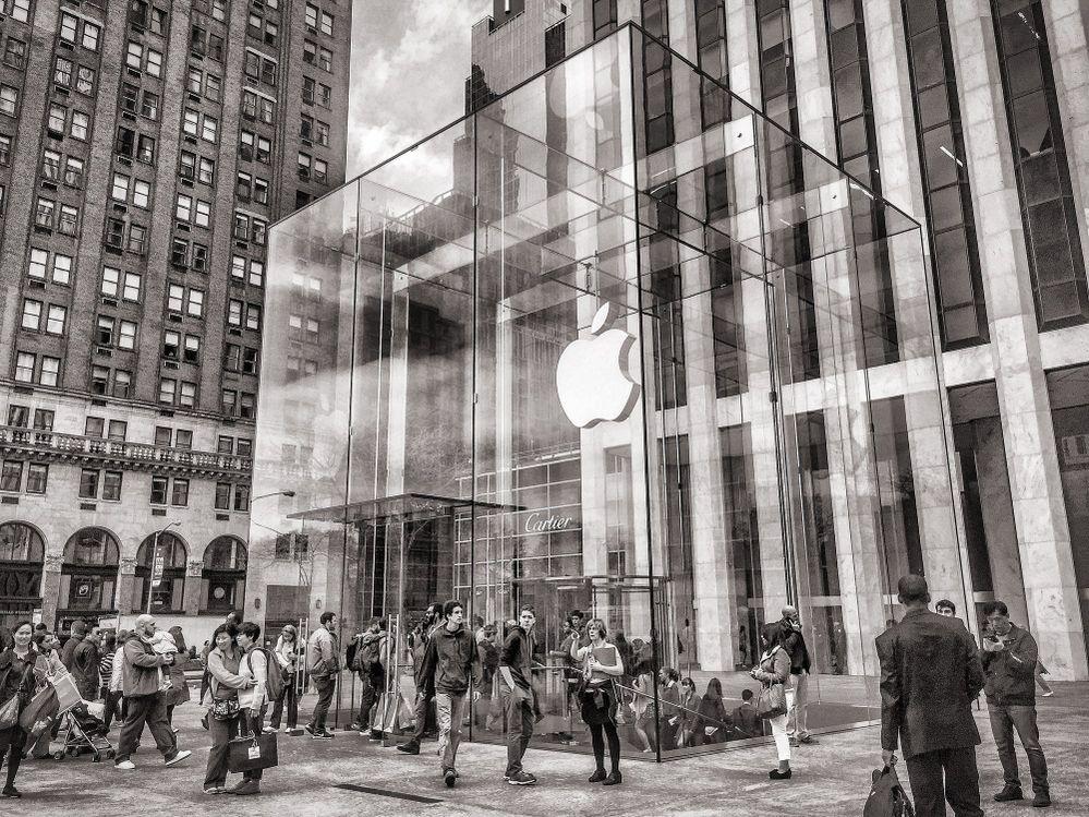 Lo nuevo de Apple, a la vuelta de la esquina. Fuente: Pexels (https://www.pexels.com/es-es/foto/5ta-avenida-america-arquitectura-blanco-y-negro-279166/)