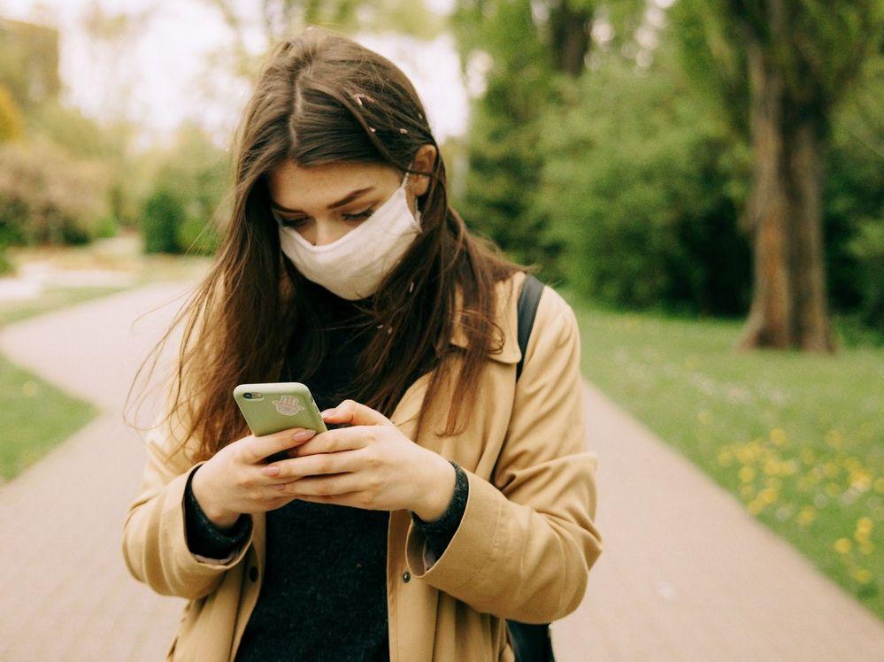 Las mascarillas forman parte de nuestro día a día en la nueva realidad. Fuente: Pexels (https://www.pexels.com/es-es/foto/resfriado-mujer-telefono-inteligente-teclear-4662948/)