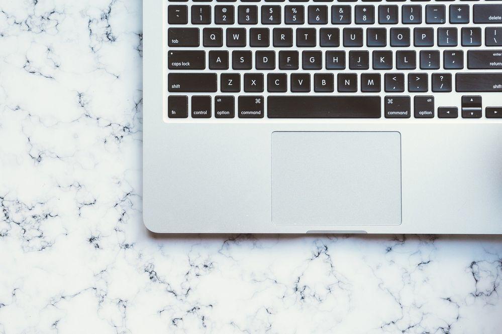 La visión futurista de Apple para el teclado de sus MacBook. Fuente: Pixabay (https://pixabay.com/es/photos/ordenador-port%C3%A1til-aplanada-2004499/)