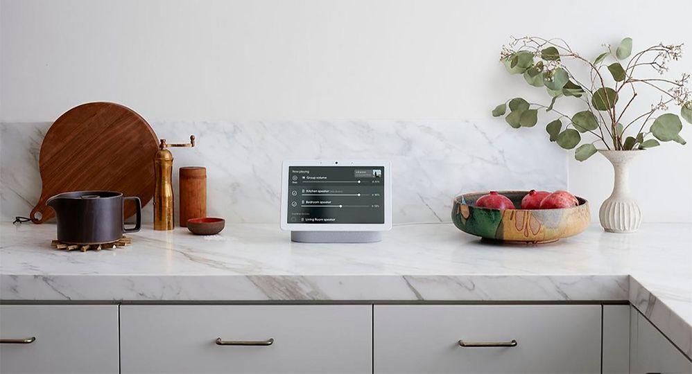 Una mano (más) en la cocina. Fuente: Xataka (https://www.xatakandroid.com/gadgets-android/google-estrena-control-audio-multiroom-nest-hub-otras-pantallas-inteligentes-assistant)