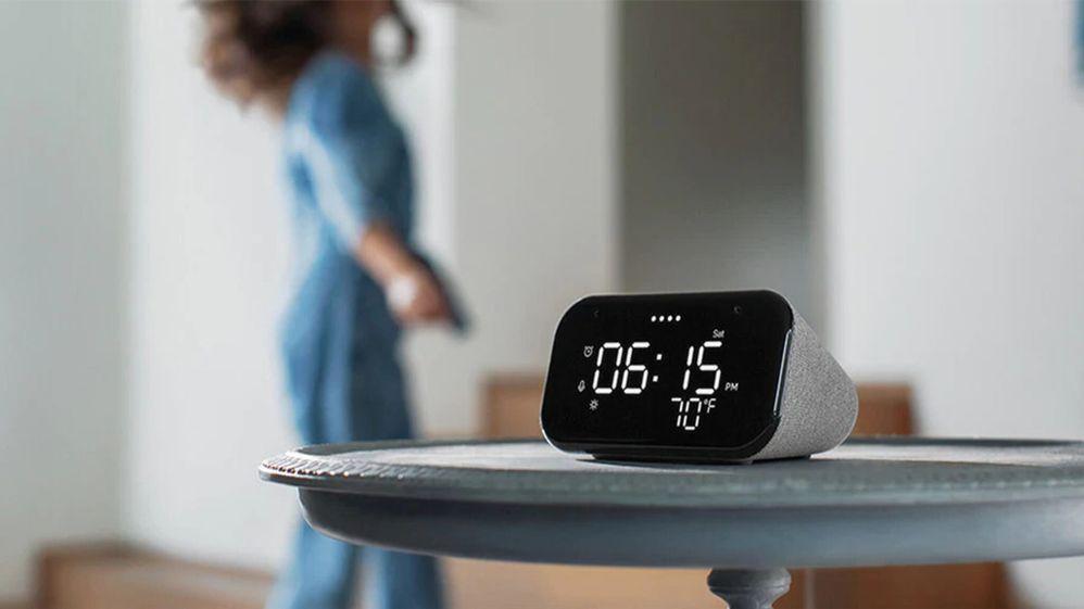 ¡Otra victoria para el equipo Google! Fuente: Mobilesyrup (https://mobilesyrup.com/2020/10/15/lenovo-smart-clock-essential-available-canada/)