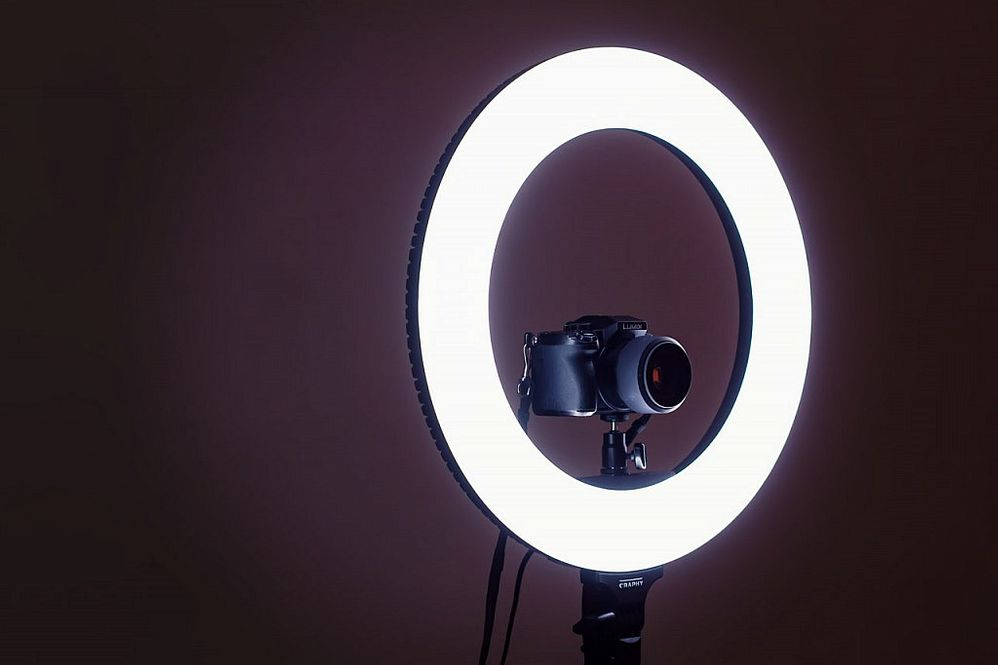 Olvídate de arriesgar tu cámara o tu smartphone al intentar sujeciones imposibles. Fuente: DZoom (https://www.dzoom.org.es/anillo-luz-continua-fotografia/)