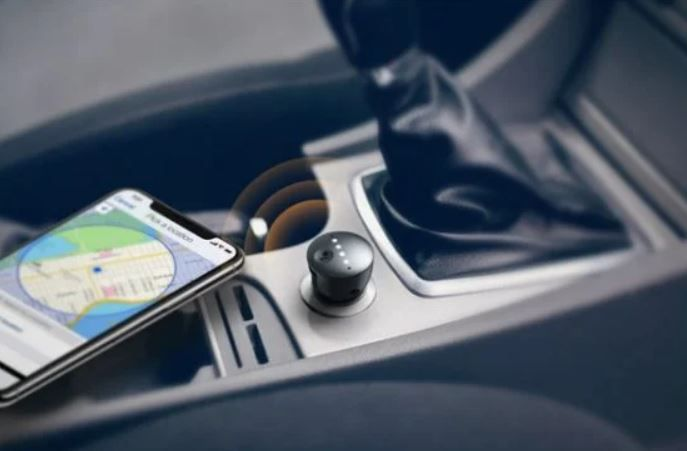 Evita siempre mirar la pantalla de tu móvil. Fuente: Edubox (https://www.edubox.org/anker-introduce-google-assistant-en-nuestro-coche-con-roav-bolt/)