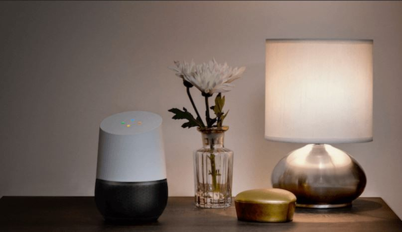 """""""Ok, Google"""" apaga la lámpara de la mesita. Fuente: Giztab (https://www.giztab.com/accesorios-compatibles-con-google-home/)"""