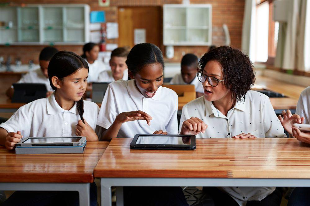 Las escuelas usan cada vez más medios digitales para la enseñanza. Fuente: Ey (https://www.ey.com/en_lb/milken-institute/why-education-is-the-key-to-prosperity)