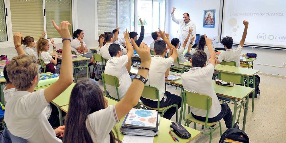 ¿Es mejor la educación tradicional o la que integra las nuevas tecnologías? Fuente: Él mira (https://www.elmira.es/articulo/nacional/todos-los-estudiantes-podran-regresar-a-sus-aulas-con-el-comienzo-de-curso-en-septiembre/20200610075411184586.html)