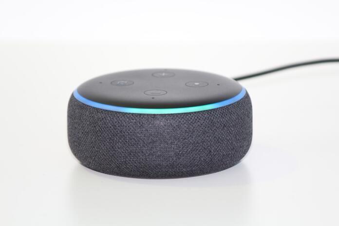 El dispositivo de Alexa es un altavoz que funciona con su propio sistema operativo. Fuente: Escudo digital (https://escudodigital.com/tecnologia/alexa-integra-lamborghini-estrena-modo-madre-skill-pasapalabra/)