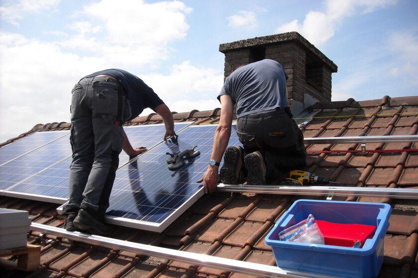 ¿Instalarías placas solares en tu hogar? Fuente: Xataka (https://www.xataka.com/energia/como-instalar-autoconsumo-solar-casa-dimensionamiento-coste-rentabilidad)