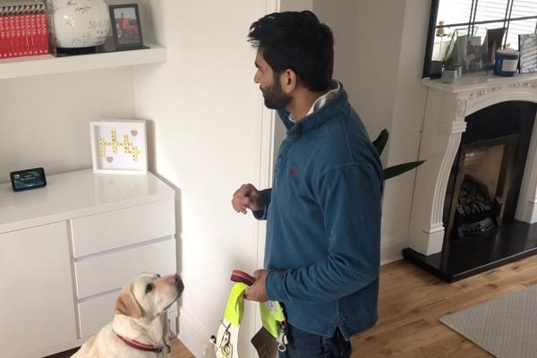 Alexa lee para las personas con minusvalía visual. Fuente Voicebot (https://voicebot.ai/2021/04/02/alexa-adds-helpline-for-visually-impaired-in-britain/)